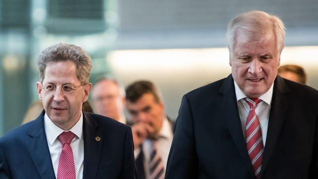 Zwei Männer stehen nebeneinander und schauen sich nicht an.