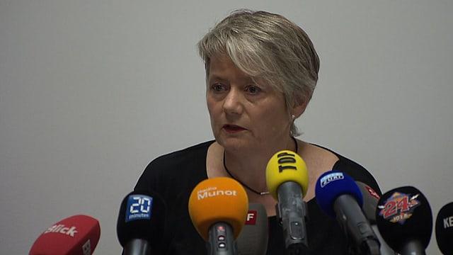 Die Zürcher Justizdirektorin Jacqueline Fehr an der Medienkonferenz ihr Mitgefühl aus