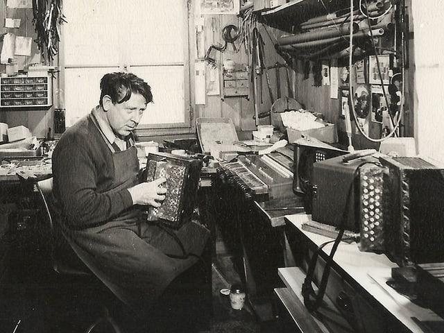 Schwarz-Weiss-Fotografie mit einem Instrumentenbauer in seiner Werkstatt.