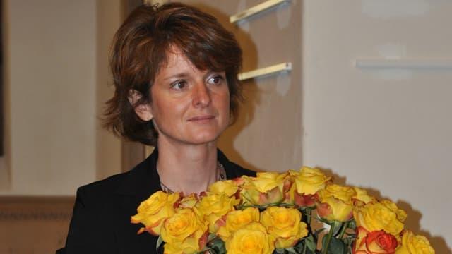Cornelia Camichel Bromeis cun rosas melnas