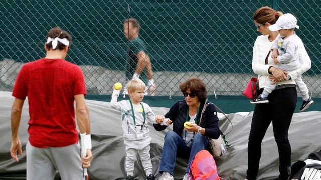 Roger, Mirka und Lynette Federer mit den Zwillingen Leo und Lenny.