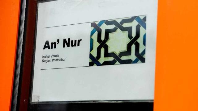 Ein Schild der Moschee.