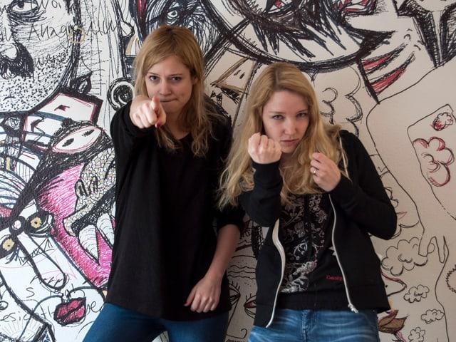 Lara Stoll und Martina Hügi machen Kampfposen in die Kamera
