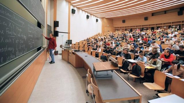 Studenten folgen in einem Hörsaal an der ETH Zürich eine Vorlesung.