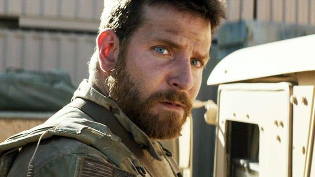 Bradley Cooper in einem Kampfanzug.
