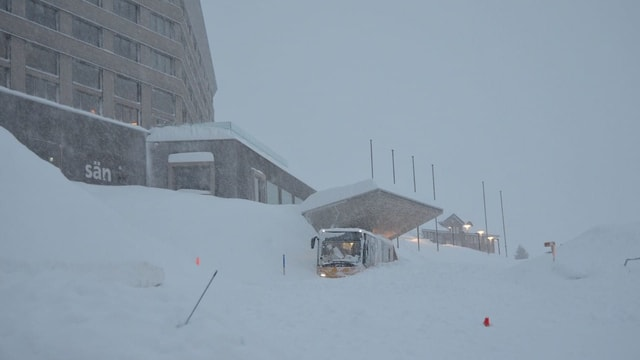 Der Platz vor dem Hotel ist unter einer dicken Schneedecke