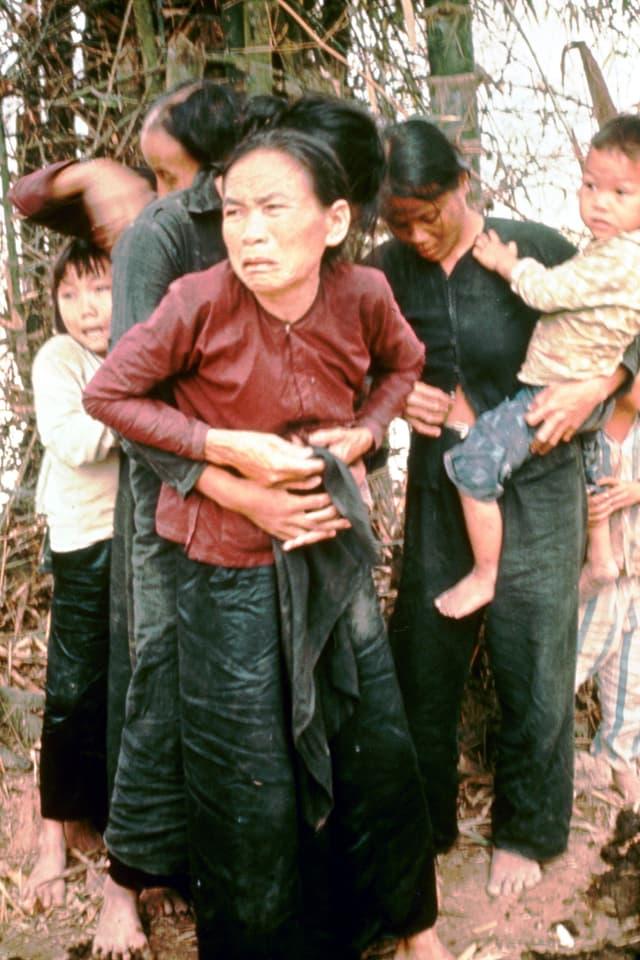 Verletzte Frau aus My Lai mit schmerzverzerrtem Gesichtsausdruck.