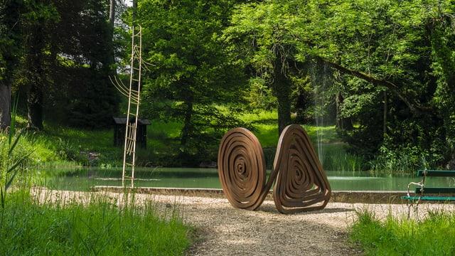 Eine Skulptur von René Küng im Park des Hofgutes Mapprach.