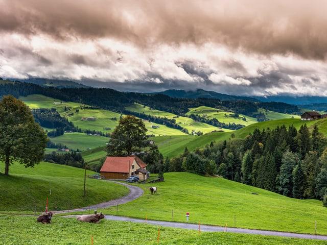 Teils bewölkt und ein paar Lücken im Grau über der Landschaft im Toggenburg.