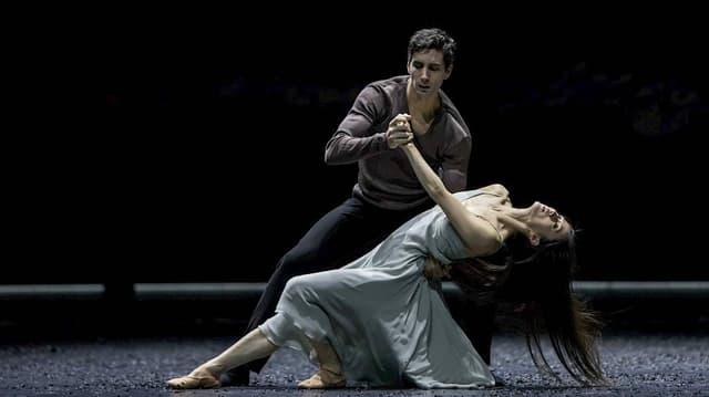 Ein Tänzer und eine Tänzerin auf der Bühne