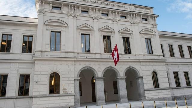 Weisses Gebäude mit Schwiezer Fahne über dem Eingang.ö
