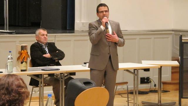 Matthias Jauslin steht vor dem Parlament und spricht.