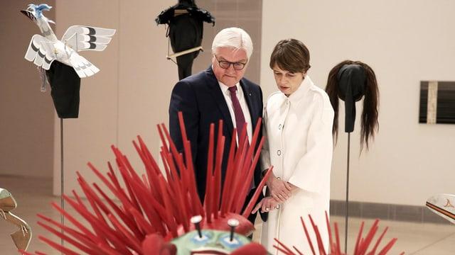 Frank-Walter Steinmeier und Elke Büdenbender vor einem Kunstwerk.