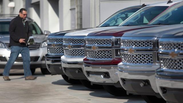 Fünf Chevrolet-Geländewagen in einer Reihe.