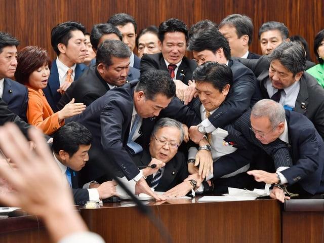 Parlamentarier streiten sich ums Mikrofon