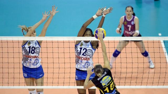 Volleyball-Spielerinnen nahe beim Netz beim Hochspringen