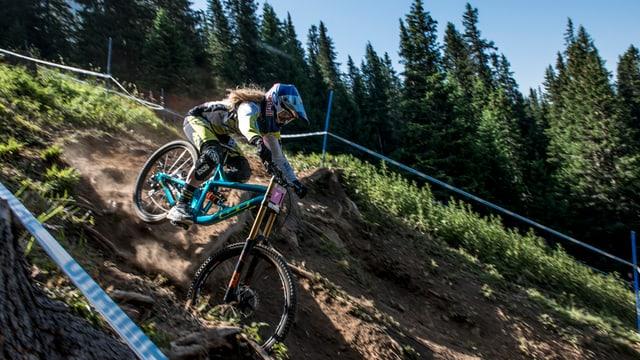 Mountainbiker fährt einen Berg runter.