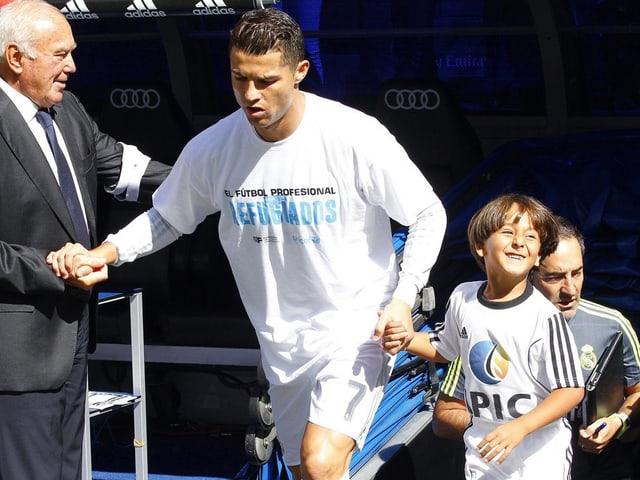 Ronaldo läuft mit Zaid Abdul aufs Feld.