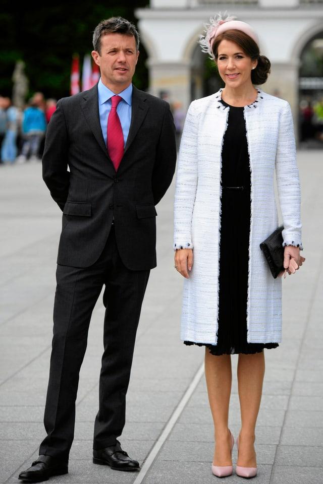 Prinzessin Mary steht nebem ihrem Ehegatten Frederik und posiert fürs Foto.