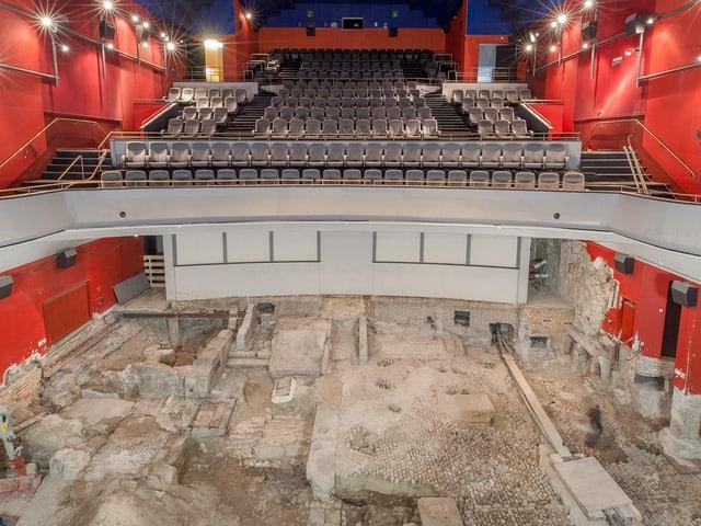 Ein Kinosaal, statt Kinosessel sieht man eine Baugrube