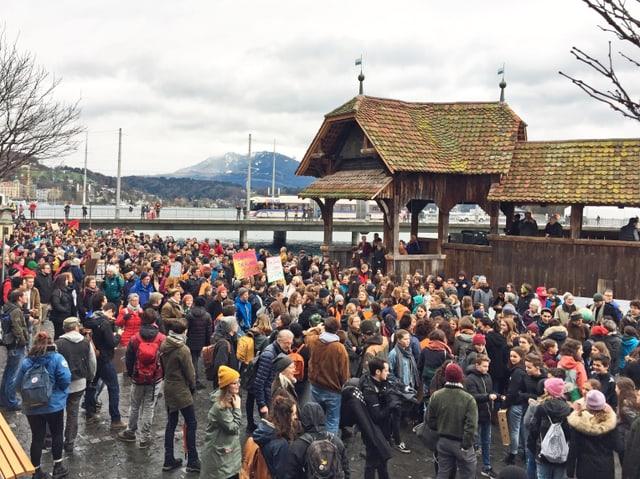 Am Klimastreik in Luzern: Jugendliche besammeln sich auf dem Rosengartplatz neben der Kapellbrücke.