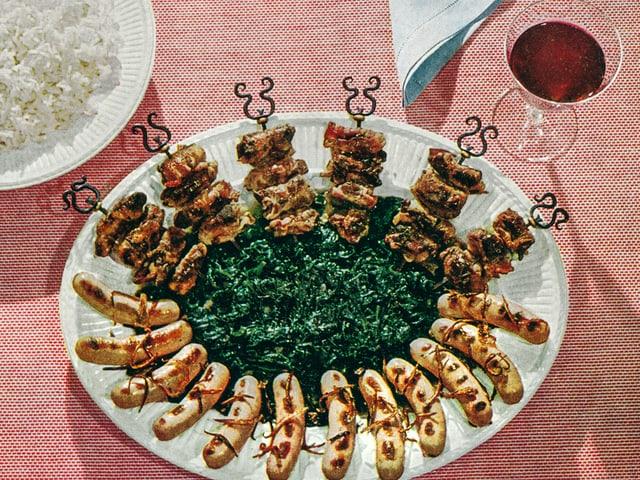 Leberspiesschen nach Zürcher Art und Bratwürstchen auf gedämpftem Spinat.