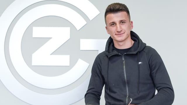 Rifet Kapic vor dem GC-Logo.
