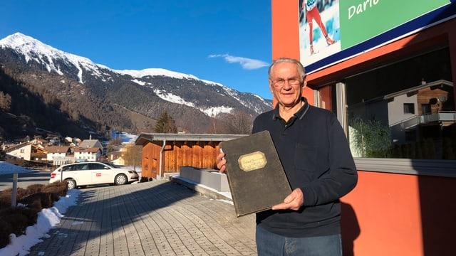 Claudio Gustin, anteriur inspectur da scola, coautur da la cronica da la Val Müstair, cun il protocoll da la vischnanca da Müstair da l'onn 1919.
