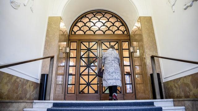 Treppe zu einer Tür im Kunstmuseum Winterthur, eine Frau geht auf die Türe zu.
