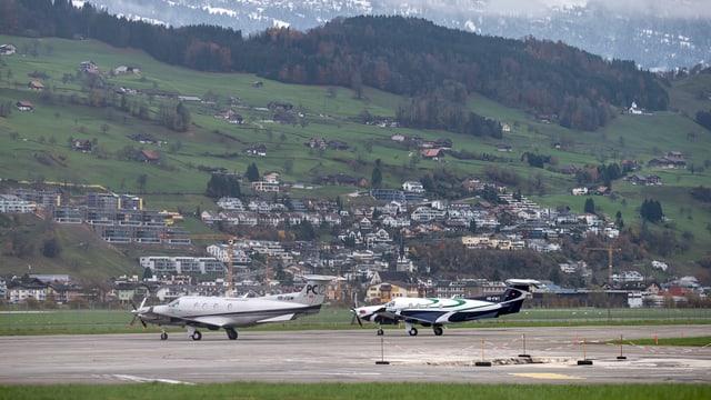 Ein Regionalflugplatz mitten in einem Siedlungsgebiet mit Häusern am Hang.