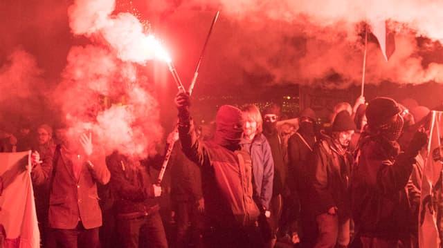 Vermumte zünden Pyros und demonstrieren