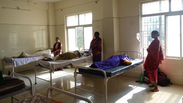 Neben jedem Bett auf Frauenstation des psychiatrischen Krankenhauses steht eine Angehörige, die nachts auf dem Boden schläft