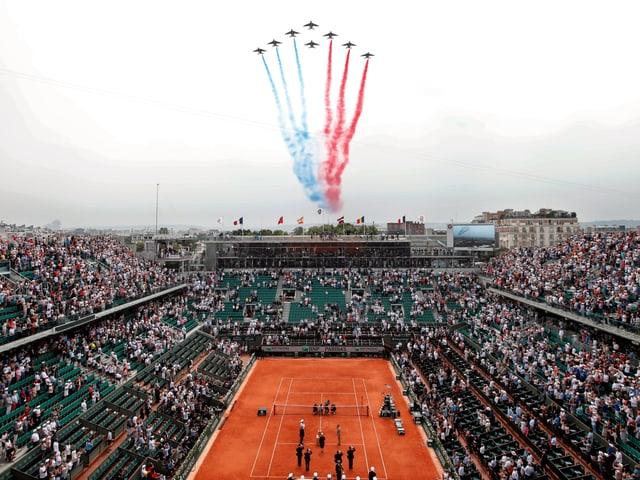 Flugzeuge fliegen über das Tennisstadion in Paris.