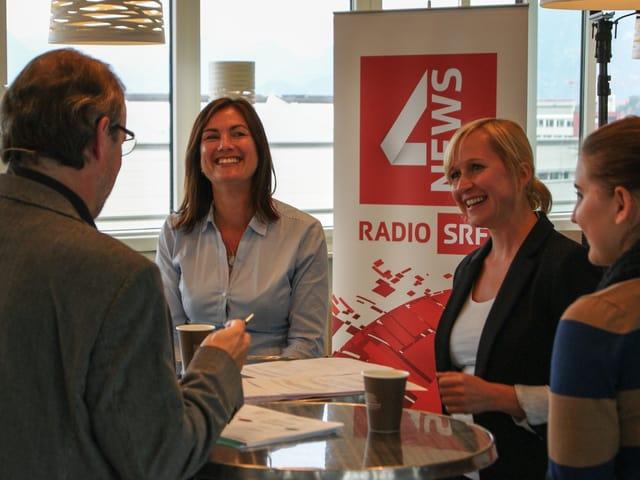 In der Kantine der Hochschule Luzern wird über Mehrsprachigkeit diskutiert.