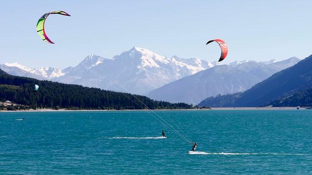 Kitesurfers sin in lai davostiers las muntognas.