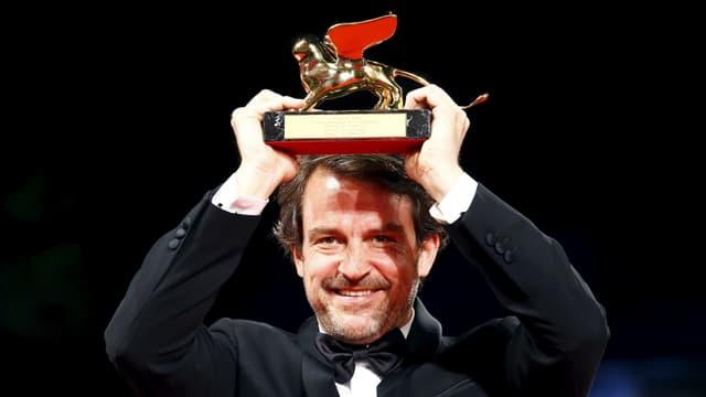 Lorenzo Vigas stemmt den Goldenen Löwen in die Höhe