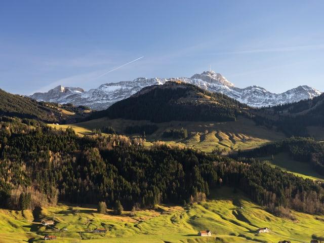 Bergpanorama im Appenzellerland mit Hügeln und Alpsteinmassiv.