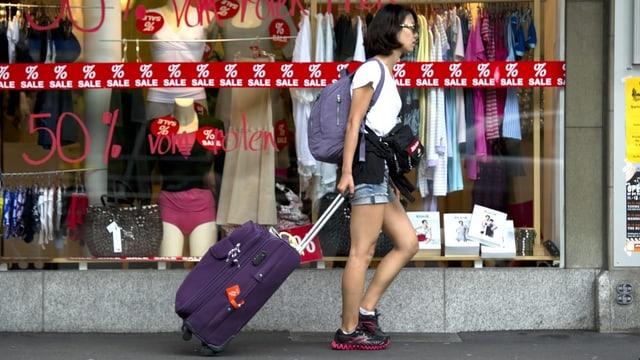 Touristin vor Geschäft in Interlaken.