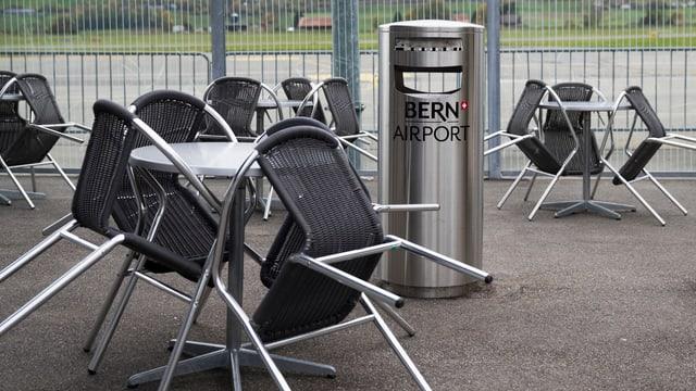 Stühle und Tische, Mülleimer mit Aufschrift Bern Airport