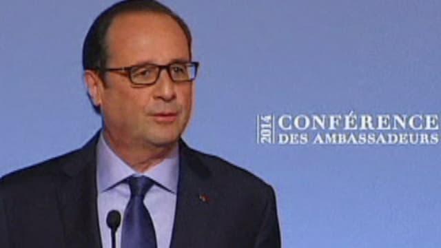 François Hollande an einem Mikrofon