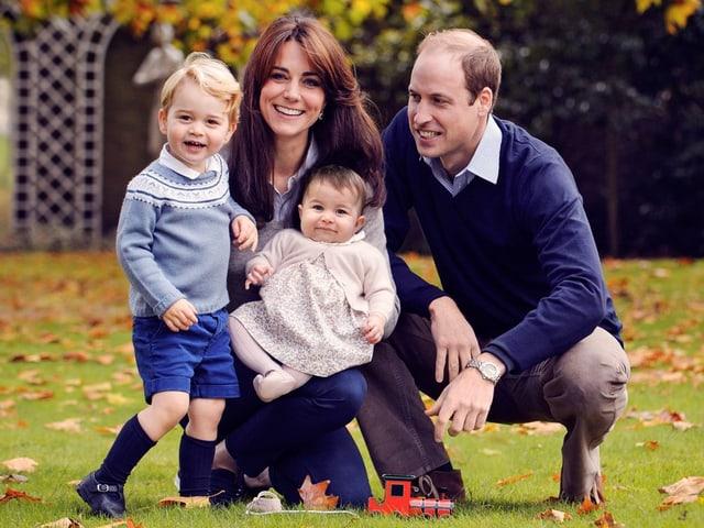 Familienbild von Prinz George, Herzogin Catherine, Prinz William und Prinzessin Charlotte.