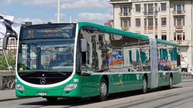Bus fährt über Mittlere Brücke.