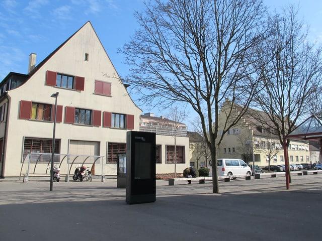 Die Post, links, und das Gebäude mit Büros der Gemeindeverwaltung, rechts.