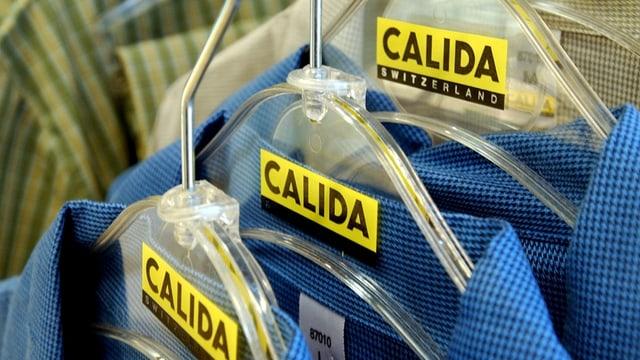 Spatlains da Calida pendì si cun camischas vidlonder.