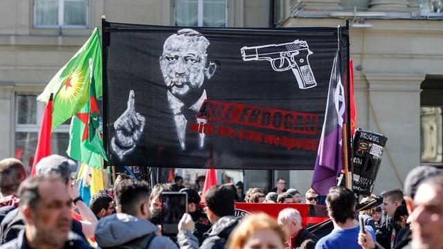 Placat cunter Erdogan durant ina demonstraziun a Berna.