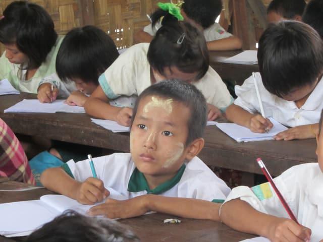 Laphai Naw Aung und seine Familie flüchteten aus Angst vor Bomben, Vergewaltigung und Kindsentführung aus ihrem Dorf.