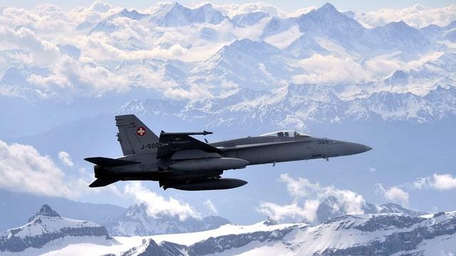 Eine F/A-18 im Einsatz über den Schweizer Alpen.