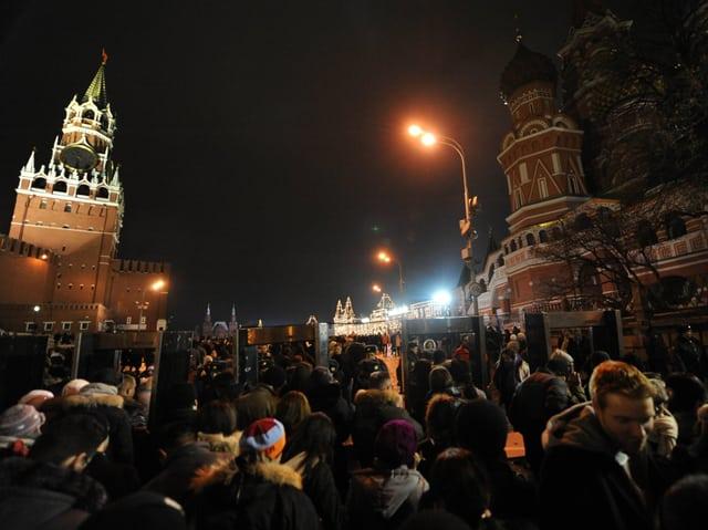 Feiernde Menschen auf dem Roten Platz in Moskau.