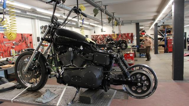 Eine Harley in der Werkstatt - das Hinterrad fehlt.