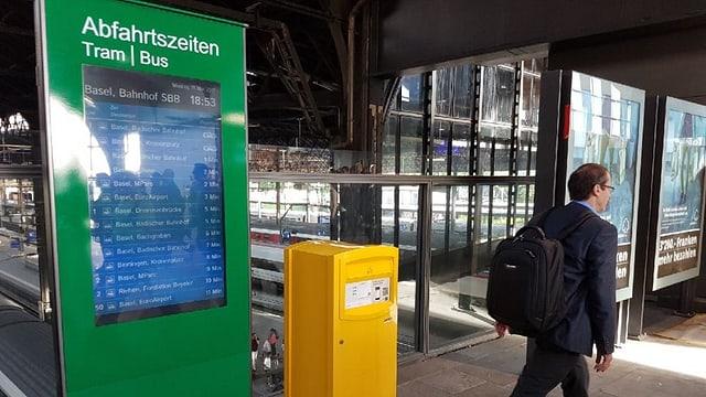 Die Info-Tafel für Bus und Tram neben einem Briefkasten im Bahnhof SBB